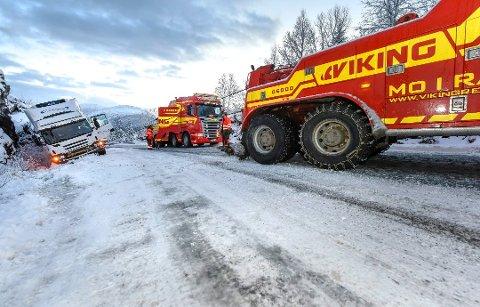 Næringslivet og kommunen på Nord-Helgeland er enige om at det haster å få fylket til å starte byggingen av en lang tunnel gjennom Bustneslia. Nå krever de at prosjektet får en klar prioritering i den neste regionale transportplanen.