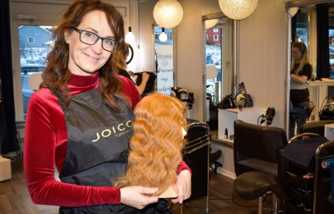 Aina Olsen som er frisør i Korgen, lanserer et nytt produkt som lager fine, myke bølger i håret. I januar startes produksjonen på NCP på Hemnes.