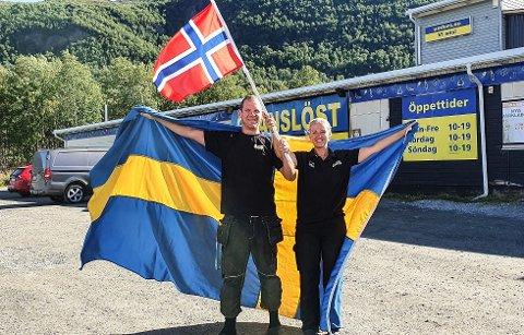 Ludvig og Anna Segerstedt ved Gränslöst Köpcenter i Umfors stiller bussen på grensen, selv om det er stengt.