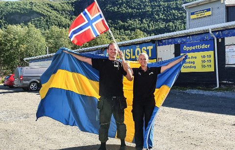 Ludvig og Anna Segerstedt ved Gränslöst Köpcenter i Umfors. Foto: Privat