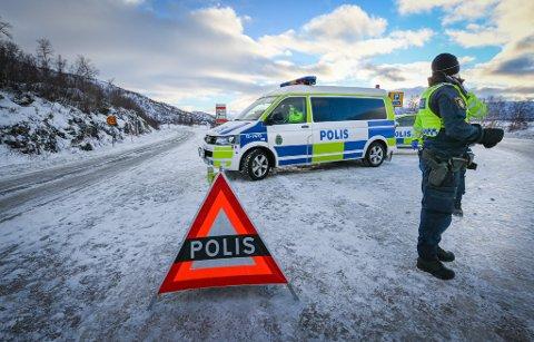Svensk politi har flere patruljer som skal gjennomføre grensekontroll av innreise fra Norge. Likevel kan de ikke bemanne kontrollpunkter døgnet rundt, forklarer gruppesjef for inngripende virksomhet ved politiet i Umeå, Jörgen Lundin.