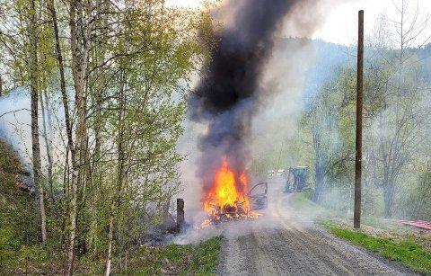 Bilen ble raskt overtent og brannen spredte seg til terrenget rundt.