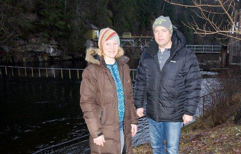 Fiskedama Else Ravneberg og lokalpolitiker Tommy Lafton vil at ørreten og annen fisk skal kunne svømme forbi fossen og kraftstasjonen ved Kistefoss.