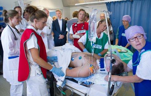 ØVELSE: Statsminister Jens Stoltenberg fikk være vitne til en øvelse på Ringerike sykehus i 2013.