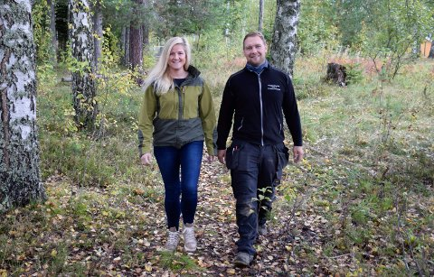 LYSLØYPE OG GANGVEI: Småbarnsforeldre på Nes tar tatt ansvar for å utvikle stedet. Deler av lysløypa vil også fungere som gangvei, sier Anne Goa og Espen Heggerudstad.
