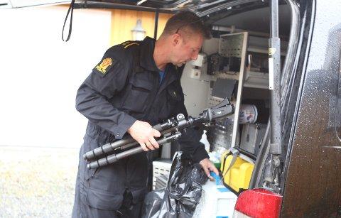JAKTER SPOR: Politiet gjennomførte krimtekniske undersøkelser i boligen tirsdag formiddag.