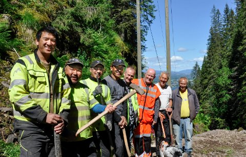 STERKE: Verdens sterkeste folkeslag pent oppstilt sammen med byggelederne. Fra venstre: Kami Ccherin Sherpa (30), Jyapyang Sherpa (45), Tshering Tashi Sherpa (30), Rajan Rana Magor Sherpa (25), Sven Dalsryd (53), Harald Tallaksen (61) i Statens vegvesen, Knut Grande (72), leder av Venneforeningen Krokkleiva og  Geirr Vetti (58) fra Stibyggjaren.  Arbeidet er i rute, men fortsatt mye igjen, sier Knut Grande.