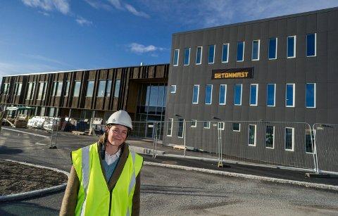 KLAR: Nye Ullerål skole: Rektor Anne Cathrine Fjellvang foran den nye skolen som tar form. Hun påpeker at på skolen er det plass til de elevene fra Hønefoss skole som ønsker seg dit.