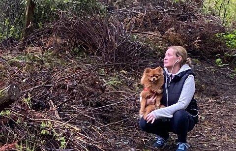 ØDELAGT TURIDYLL: – Det virker som om beboere i området fyller opp trillebåra, og bare kaster det på enkleste måte i nærheten, sier May Ledal, her med hunden Charlie.