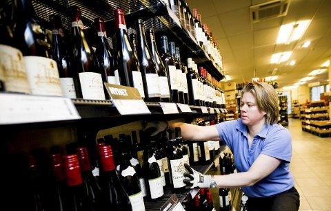 Smak og behag: Butikksjef ved Vinmonopolet i Lillestrøm, Kristine Jensen, har travle dager. Hun oppfordrer folk til å ikke være så tradisjonelle når det skal velges drikke til mat. Foto: Lisbeth Andresen