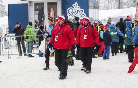 Studietur: Erland Skogli og Hogne Borgersrud (i rødt) fra Stiftelsen Nes skianlegg kikket på fasiliteten under norgesmesterskapet på Lygna. Foto: Martin Holterhuset