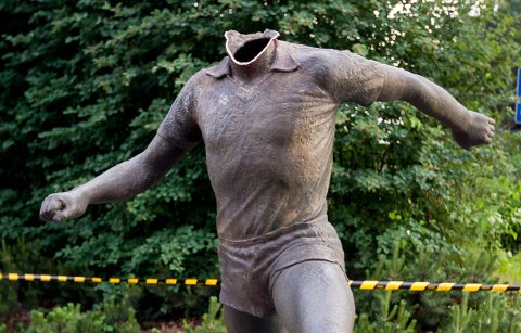 """Tom Lund statue """"steget"""" uten hode"""
