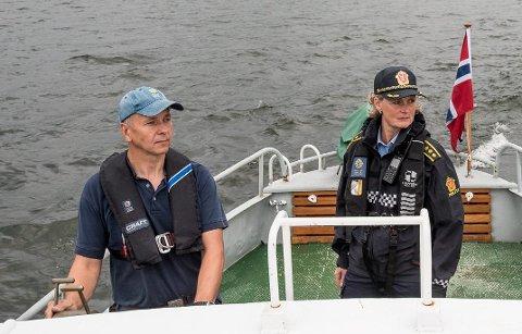 KLAR FOR PATRULJE: Lensmann Hilde H. Straumann og Lars Tore Ruud fra SNO testet båten før helgens patruljering på Øyeren. Foto: Vidar Sandnes