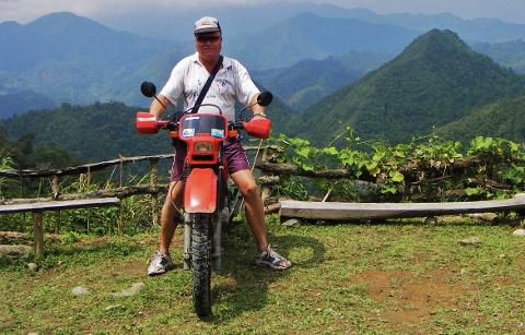 PÅ FILIPPINENE: Høverstad reiste rundt på denne motorsykkelen og tok bilder og lagde filmer fra naturen i øyriket. Da han ble pågrepet beslagla politiet alle eiendelene hans – også motorsykkelen.