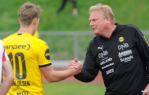 PROFF JOBB: Thomas Lehne Olsen (t.v.) takkes for innsaten av LSK-trener Jörgen Lennartsson etter at cupavansementet var sikret.