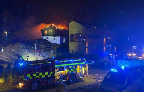 STORBRANN: Familieboligen ble totalskadet i brannen. Nå ligger eiendommen ute til salgs.