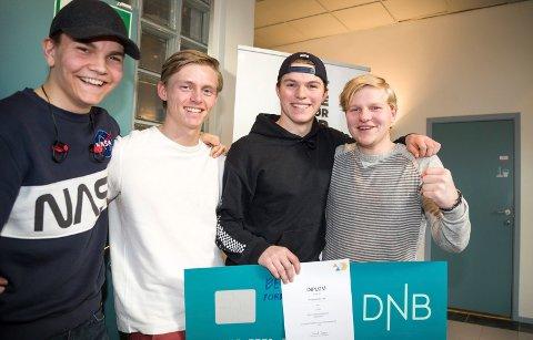 BEST IN BUSINESS: Sander Søhol, Torstein Øye Bergersson, Oskar Wermelin Eriksen og Oliver Brevik er guttene bak Festsekken UB som sikrer kald drikke og mobillading.