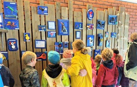 KUNST:SFO-ungene på har laget kunst av søppel. - Det er resultatet av av ungene har forpliktet seg til å bidra i #5forhvalen, sier SFO-leder Gry Hyttebakk på Tofte skole.