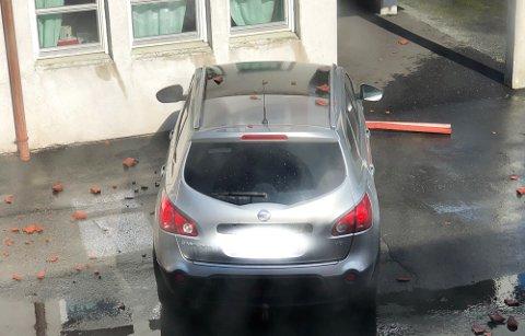 TAKSTEIN: Taksteinen traff blant annet taket på bilen.