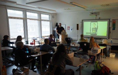 TV: -  Elevene kunne nyte maten samtidig som de så på Supernytt. Dette er noen fra 6. trinn på Selvik skole.