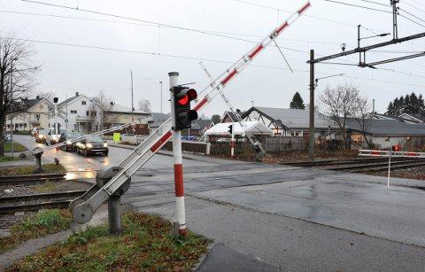 FAST INNSLAG: Bommene i Stokke sentrum har vært et fast innslag i alle år. Slik så det ut der en høstdag i 2011. Nå vurderer BaneNOR om veien her kan legges under toglinja. Foto: Harald Strømnæs