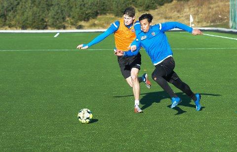 PRØVESPILL: Raufoss-spilleren Ikhsan Fandi hadde sin første økt med Sandefjord-spillerne torsdag, her i duell med Herman Solberg Nilsen.