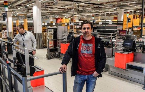 ÅPNER SNART: Kim Kristiansen er butikksjef i Extra Kamfjordjordet. Han og distriktssjef Hans Kristian Pedersen står på for å ha alt klart til å ta imot første kunde torsdag 7. mai.