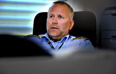 MELD IFRA: Politiførstebetjent Terje Bøe i Sarpsborg-politiet ber folk melde ifra til politiet dersom de observerer mistenkelige personer eller kjøretøy i sitt nabolag. Utenlandske kriminelle bander er nemlig ventet å stjele for flere hundre millioner kroner fra ferierende nordmenn denne sommeren, og de opererer trolig allerede i vårt distrikt.Foto: Jarl M. Andersen