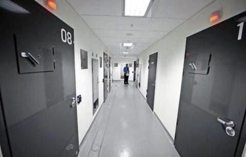 Etter å ha gått i strupen på de uniformerte to ganger i løpet av et par dager, ble det et kort helgeopphold i en av cellene på denne avdelingen ved politihuset på Grålum for den 48 år gamle sarping. Noen varetektsfengsling ble det ikke denne gang heller.