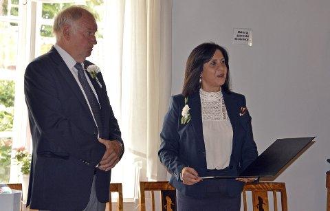 YDMYK: Lars Petter Aamodt er ydmyk over å bli utnevnt til æresborger av Betlehem. Borgermester Vera Baboun leser her opp begrunnelsen for avgjørelsen i et samlet bystyre. foto: Terje Andresen