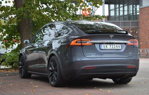 Tesla Model X er en stor og tung bil på alle måter. Egenvekt på knappe to og et halvt tonn vil nok gjøre innhugg på dekkontoen.