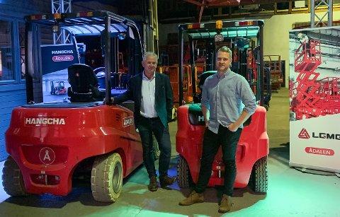 REKORD:  Styreleder Arild Ådalen (t.v.) og daglig leder Ørjan Ådalen i Ådalen Truck AS har grunn til å være fornøyde med den store økningen i trucksalget.