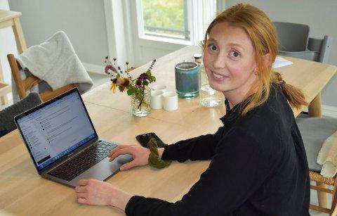 6 måneder hjemme: Anniken Celine Berger på Tomter har ikke fysisk vært på jobben i Oslo siden i våres. – Det går bra. Jeg er daglig i kontakt med jobben via digitale møter, sier hun. Foto: Lise-Kari Holøs
