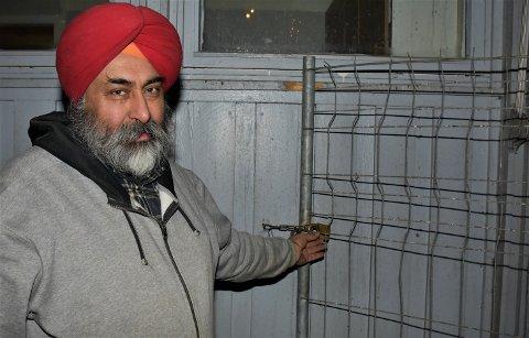TRIST: Bikram Tej Singh Sohal er innehaver av BS frukt og grønt i Askim. Natt til lørdag var det noen som klippet over låsen og tok seg inn i innhegningen foran butikken hans.