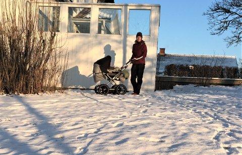 SKREMMENDE: Ragnhild Tunby Svendsen var inne i huset mens ettåringen lå ute i vogna og sov, da hun fikk telefon om ulv i hagen. Sporene viser at ulven bare var noen meter unna vogna.