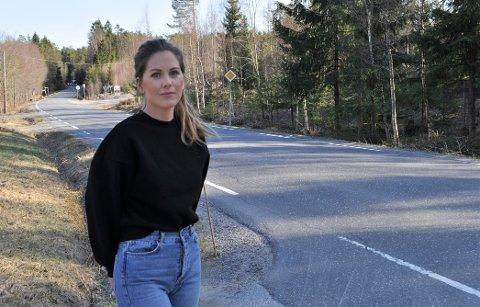 SKREKKVEI: Bettina Amundsen synes reagerer på veiforholdene på Sånerveien og hvor skummelt det kan være å kjøre der.