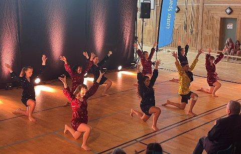 GLITRANDE: Dansegruppa Passion, som også er instruktørar for dei ulike gruppene, framførte fleire dansar. Her i glitrande kostymer.