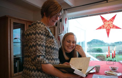 SAMLER: Ingrid Sandvik har på ny reist rundt til bestemødre i Rogaland og samlet oppskrifter. Her blar hun i Siv Meling sin oppskriftsbok.