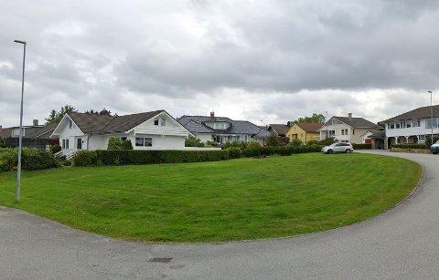 Denne ubebygde tomten i Marknesringen skal bebygges med to boliger dersom politikerne sier ja.