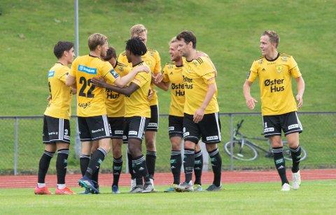 Sola jubler etter scoringen til Simen Berntsen (nr. 3 fra høyre).