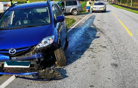 SKADAR PÅ BIL: Mazda'en fekk store skadar og måtte tauast vekk etter utforkøyringa. Foto: Ronny Hjertås