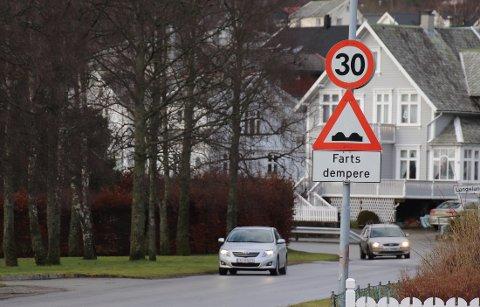 FART: Fjelltunvegen er en viktig skolevei, og trafikksikkerheten i området har lenge vært et aktuelt tema. Det starter med 30 km/t ved bedehuset.