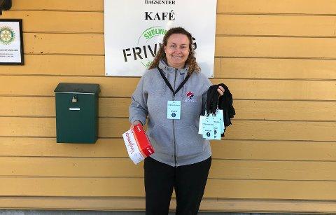 Frivillig Tone Hølen Halvorsen passer på nok smittevernutstyr når hun er ute og gjør tjenester for folk under koronakrisen.