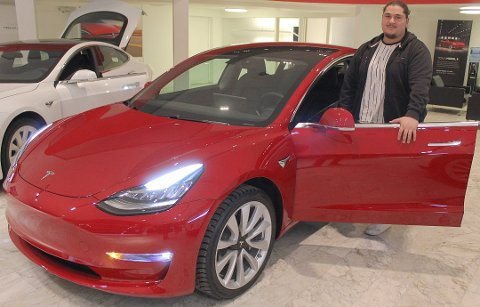 POPULÆR: I Tesla sin butikk i Drammen har det i de siste dagene stått en Model 3 på utstilling. Her er det mange som har vært  innom for å sjekke ut Tesla sin nyeste modell. Abedin Dogani (24) er i likhet med veldig mange, svært begeistret over Model 3:  - Jeg tror nok at de fleste vil, før eller senere, gå over til en hybrid eller elektrisk bil. Denne bilen har en lang rekkevidde i forhold til en del andre elbiler på markedet, noe jeg tror har vært avgjørende for veldig mange, sier Dogani.