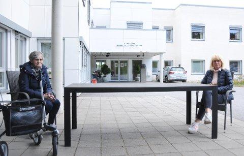 ENDELIG EN VANLIG SAMTALE: Selv om mor og datter må holde en avstand på to meter over bordet, kan de fra og med onsdag snakke normalt sammen utenfor sykehjemmet. De to er Marit og Marianne Ingvaldsen.