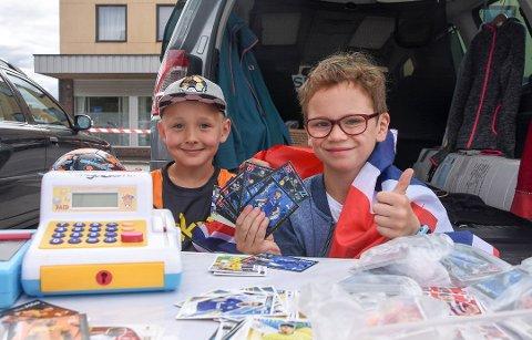 SALGSKONGER: Fotballkortene gikk unna da Sigurd Øveråsen (8) og Olav Andreassen (8) ankom Torvet. Foto: Fredrik Rinde Thorstensen