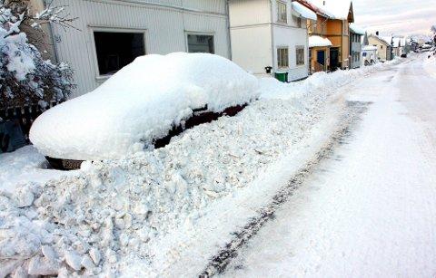 BRØYTING: Det må være åtte centimeter snø på veien før brøytemannskapene kommer i Skien.
