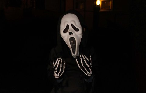 Skremmende og farlig:  Med refleks på kostymet kan Halloweenfeiringa bli tryggere.