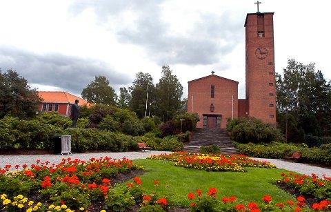 STENGT FORELØPIG: Notodden kirke har måttet holde dørene stengt i flere uker på grunn av korona-krisen. Nå kan de kanskje åpnes igjen om ikke altfor lenge. (Arkivfoto)
