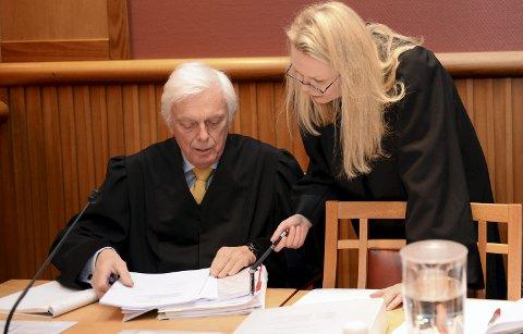 Advokat Jan Velund ble saksøkt av sin tidligere klient for dårlig rådgivning ved et aksjesalg. Bildet er fra rettssaken som utløste aksjesalget. Til høyre Ragnhild Krefting Kullerud, som representerte forsikringsselskapet CBL Insurance Ltd.
